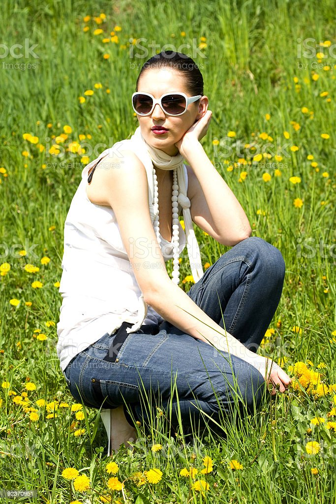 Schöne Junge Frau in a grass field Lizenzfreies stock-foto