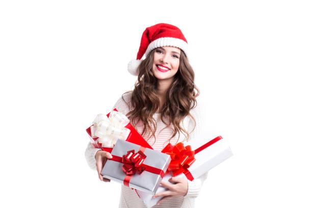 schöne junge frau in eine weihnachtsmütze mit geschenk-box. - günstige weihnachtsgeschenke stock-fotos und bilder