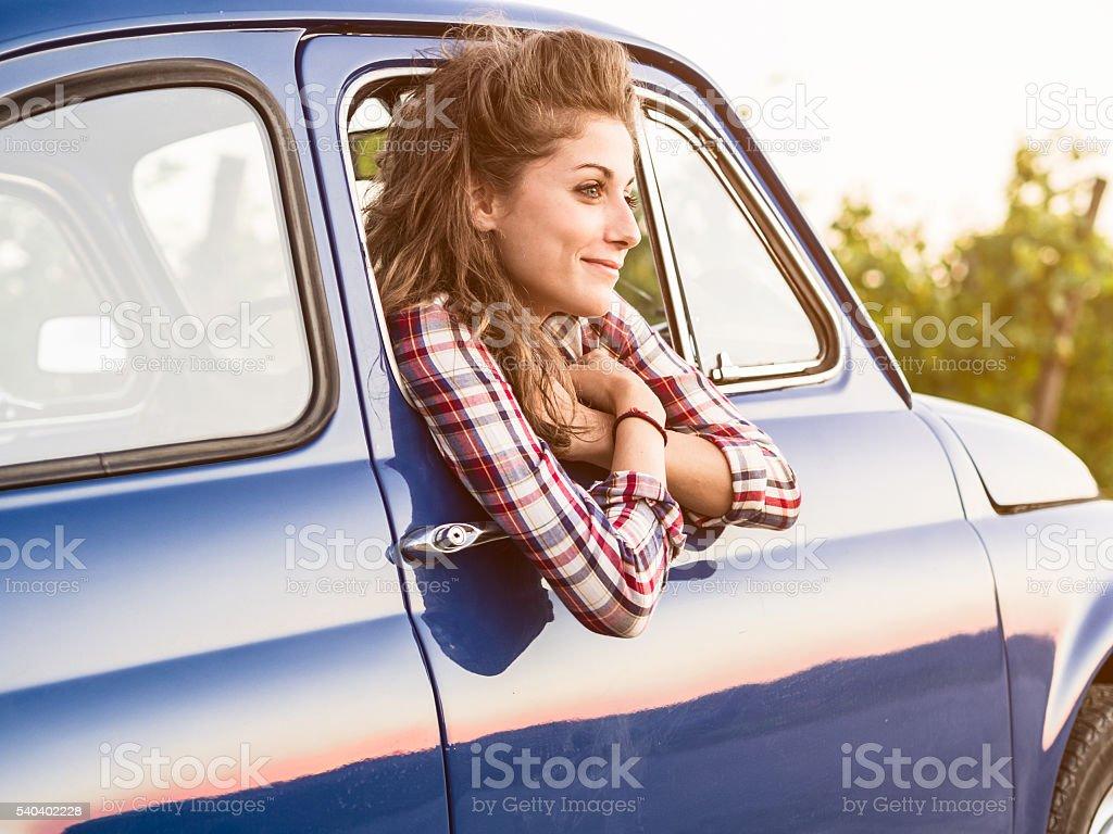 Schöne junge Frau in einem alten Wagen – Foto