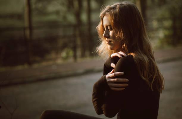 Belle jeune femme en noir - Photo