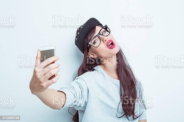Photo libre de droit de Belle Jeune Femme En Tenue Contemporain Prenant Une Autophoto banque d'images et plus d'images libres de droit de A la mode