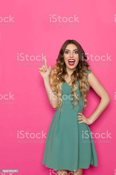 Vacker Ung Kvinna I Grön Klänning Pekar Uppåt Och Skrika-foton och fler bilder på Ansiktsuttryck