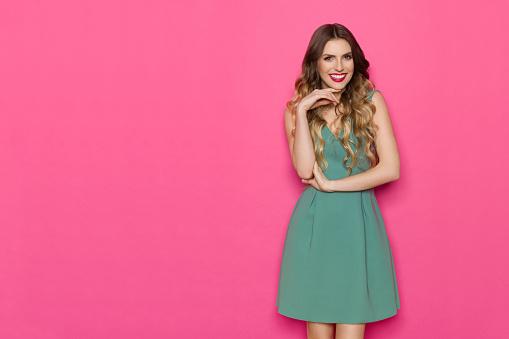 Vacker Ung Kvinna I Grön Klänning Poserar Med Hand På Hakan-foton och fler bilder på Elegans