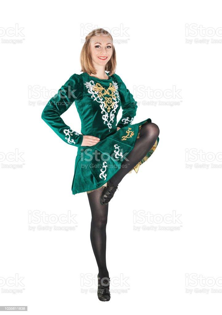 孤立したジャンプ アイリッシュ ダンス緑ドレスの美しい若い女性 - 1人 ...