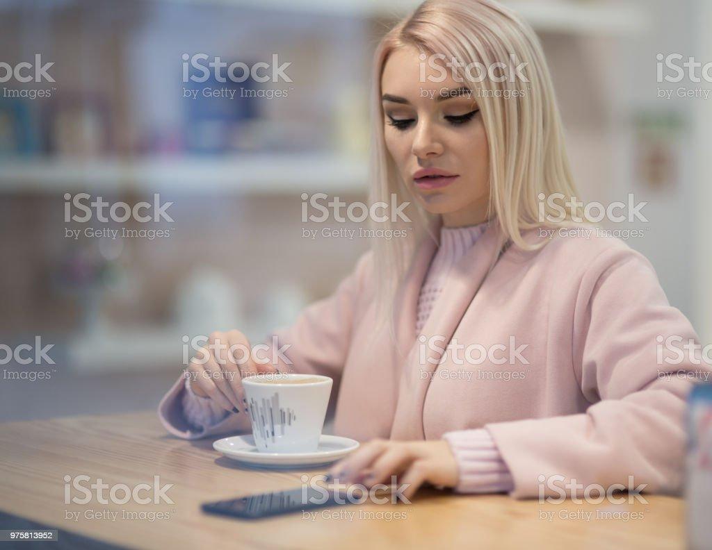 Schöne junge Frau im realen Leben Kaffee trinken - Lizenzfrei Attraktive Frau Stock-Foto