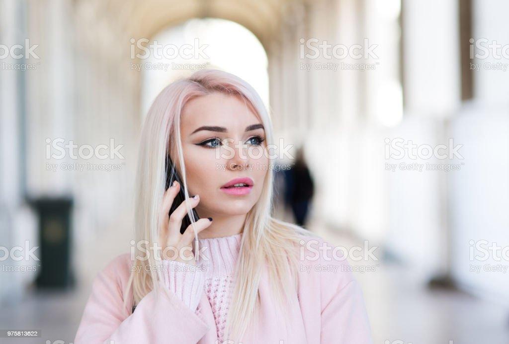 Schöne Junge Frau mit smartphone in der Realität - Lizenzfrei Attraktive Frau Stock-Foto