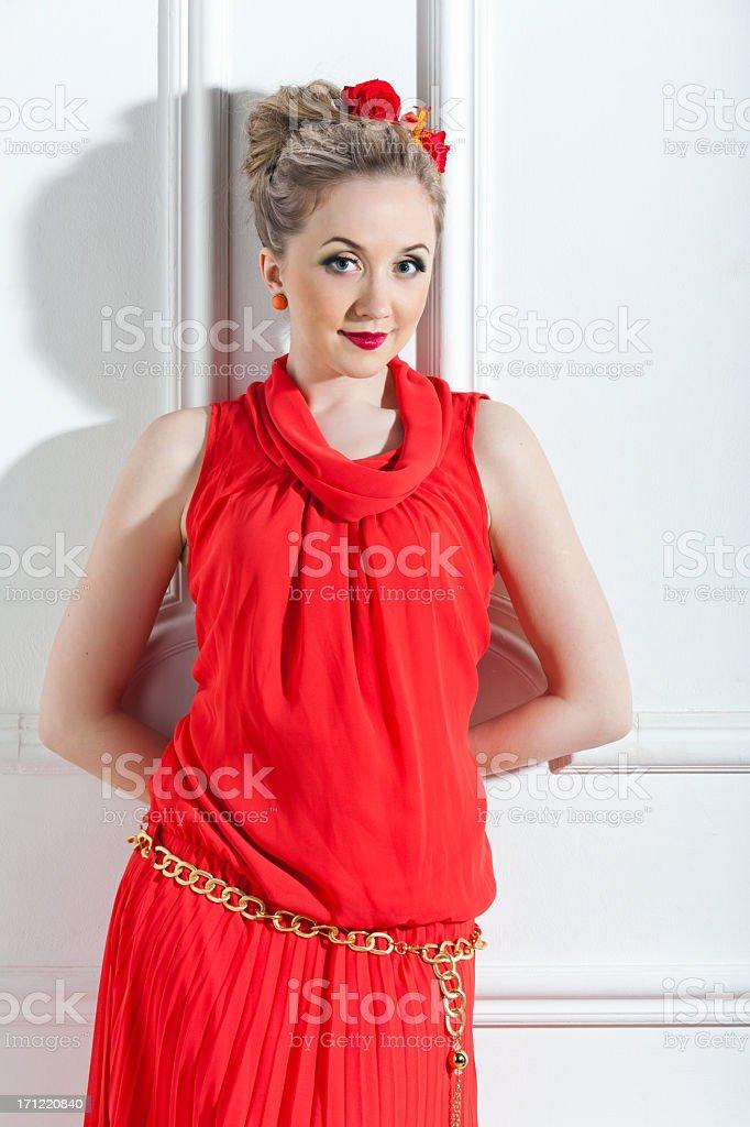 4cf18ab0502ef Schöne Junge Frau In Roten Langen Kleid Stockfoto und mehr Bilder ...