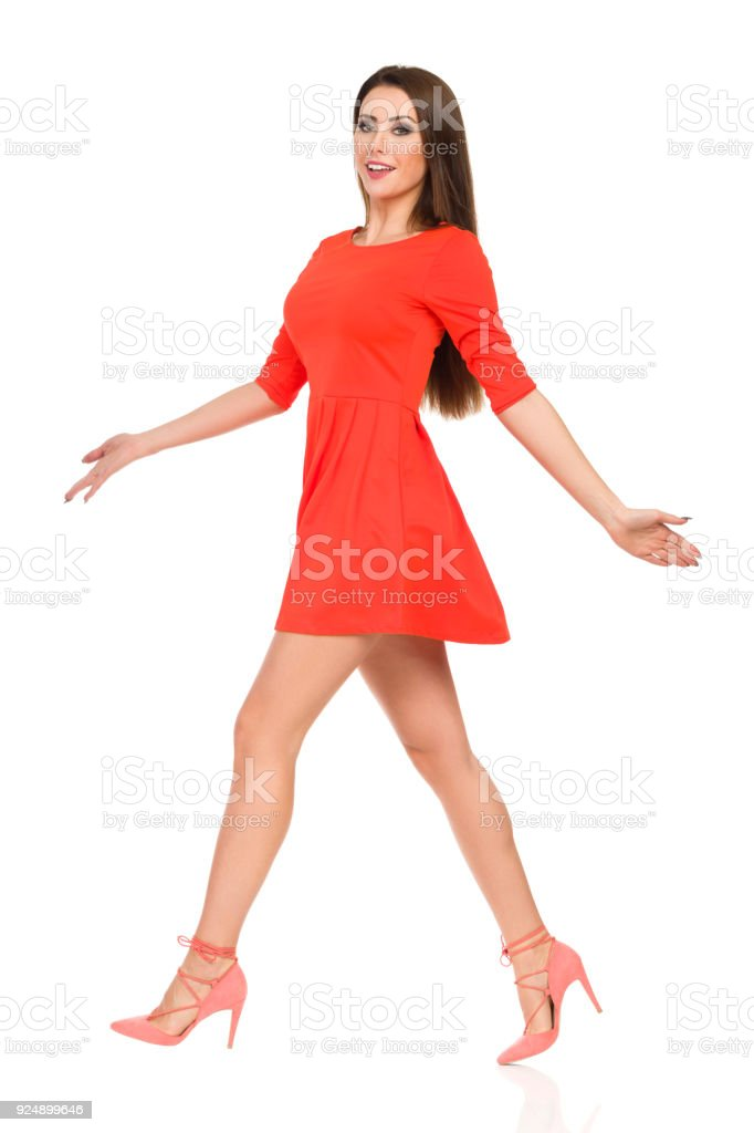 706b9f3cf70 Belle jeune femme en robe Mini rouge et des talons hauts est sauter photo  libre de