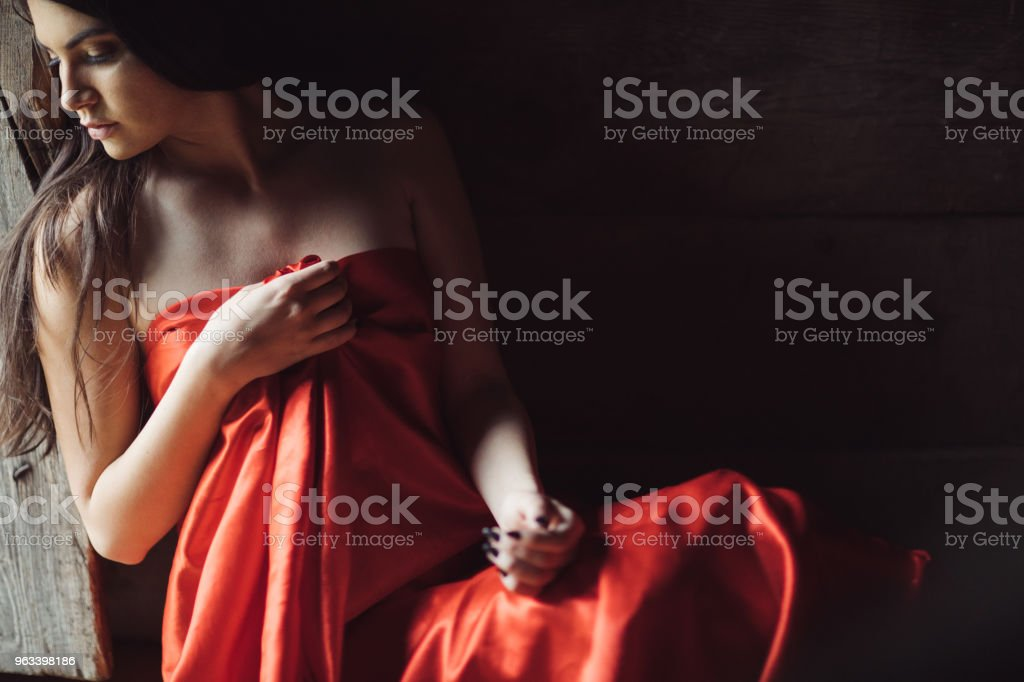 Beautiful young woman in red sheet - Zbiór zdjęć royalty-free (20-29 lat)