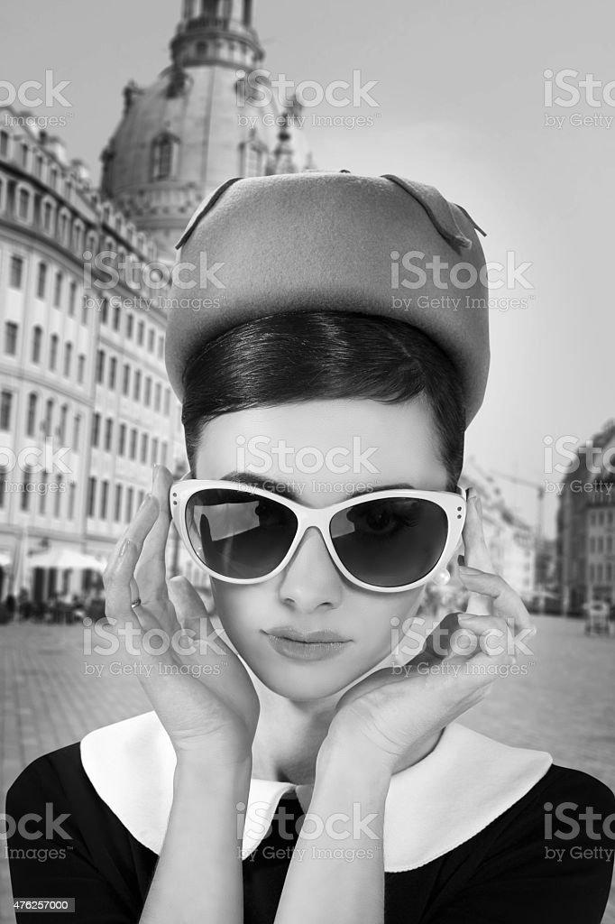 Belle jeune femme dans un style rétro dans la vieille ville - Photo