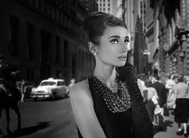 Hermosa joven en estilo retro en la ciudad antigua - foto de stock