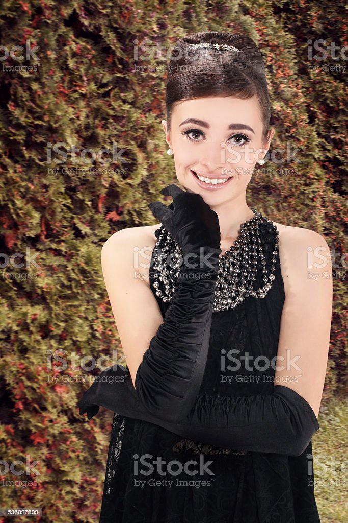 belle jeune femme dans un style rétro sur la promenade - Photo