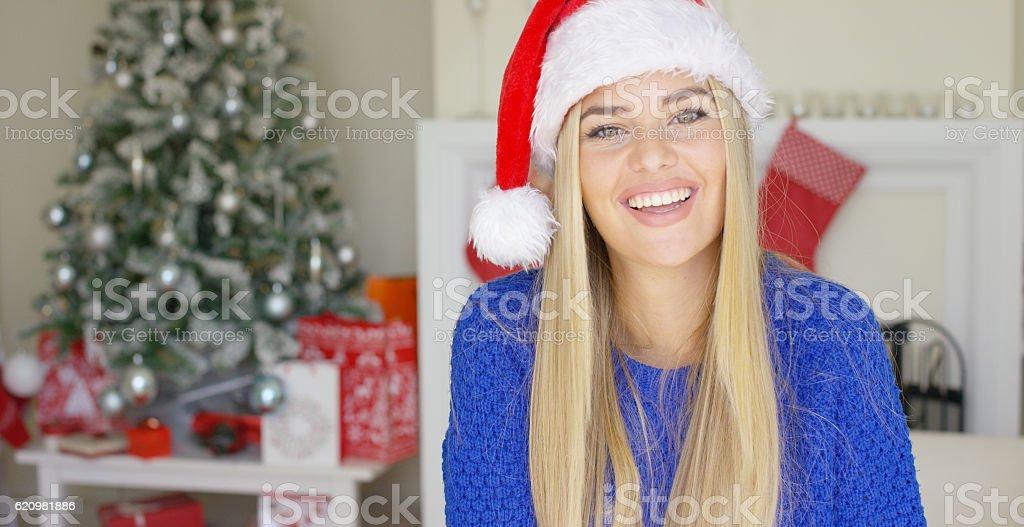 Linda jovem com chapéu de Papai Noel foto royalty-free