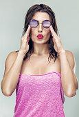 Fille insouciante heureuse un jour férié est envoie un baiser de l  Trace  de rouge  Belle jeune femme à lunettes de soleil ... 2344479a22a6