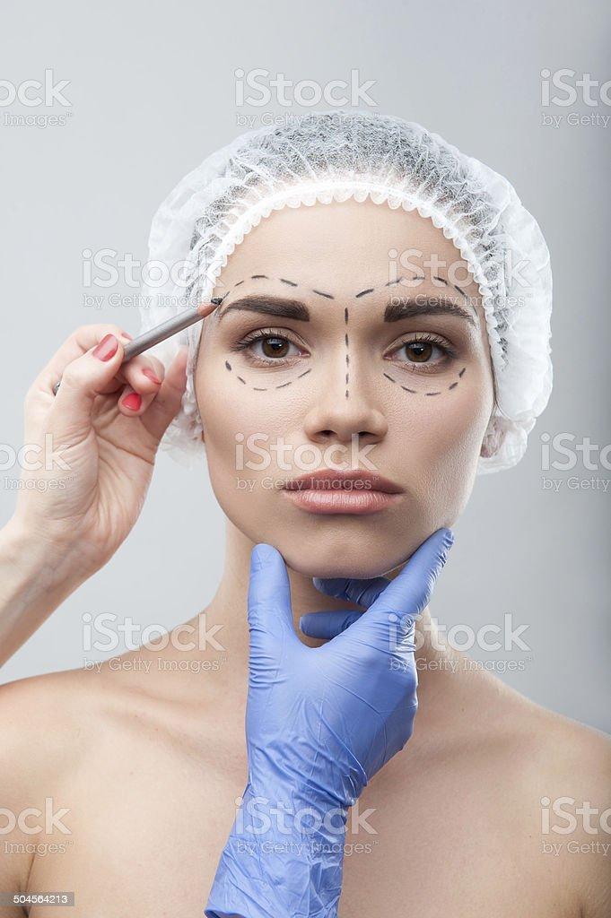 Schöne Junge Frau in Chirurgische Kappe mit perforation Linien auf – Foto