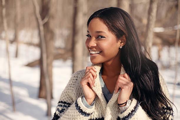 beautiful young woman in the snow in winter - kleidung amerikanischer ureinwohner stock-fotos und bilder