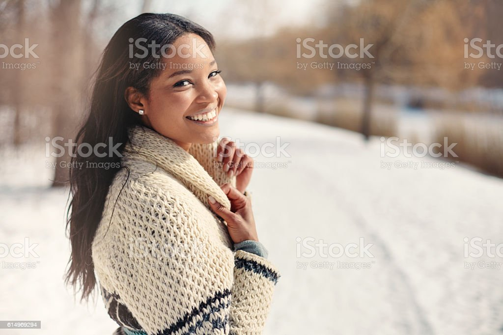 Beautiful young woman in the snow in winter - foto de acervo
