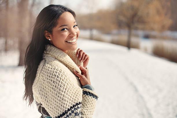 beautiful young woman in the snow in winter - haare wachsen stock-fotos und bilder