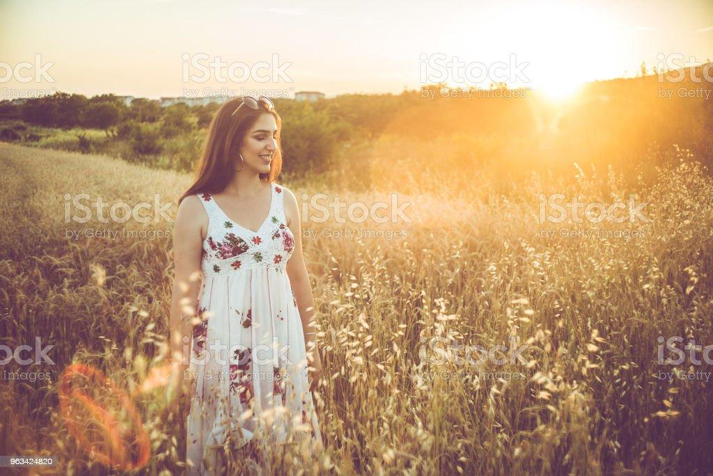 Une belle jeune femme dans le champ de blé. - Photo de Adulte libre de droits