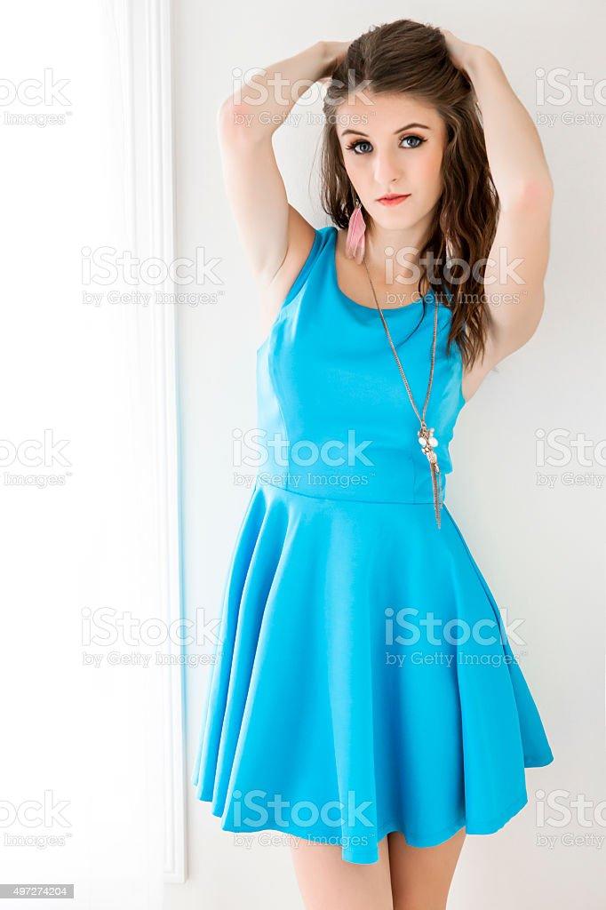 Foto De Bela Jovem Mulher De Vestido Azulturquesa Em Pé