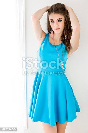 1f33da80c5 ᐈ Imagen de Hermosa joven en vestido azul turquesa de pie contra la ...