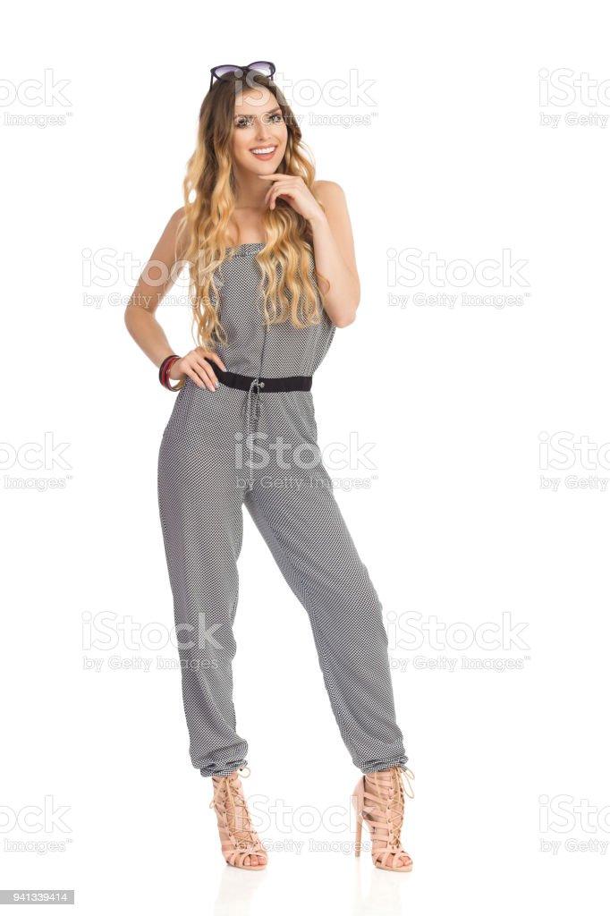 Belle jeune femme pose en combinaison et talons hauts photo libre de droits d7152cd1f69b