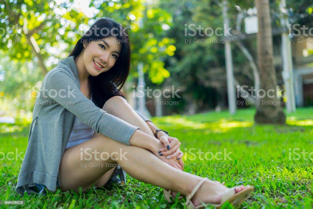 schöne junge Frau, Blick in die Kamera mit fröhlichen und charmanten Lächeln, Frau Konzept – Foto