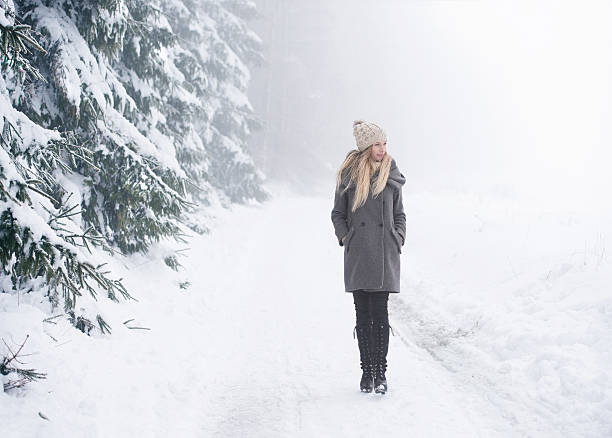 beautiful young woman on a walk in winter nature - wintermantel damen wolle stock-fotos und bilder