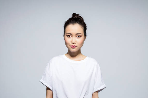 Schöne junge Frau auf grauem Hintergrund – Foto