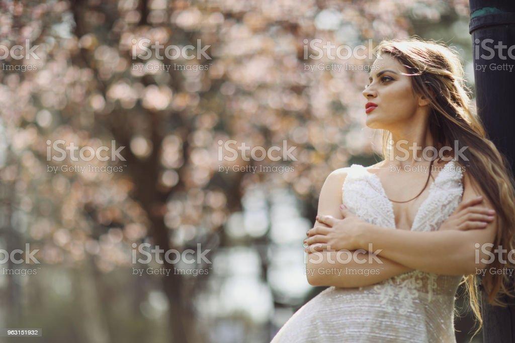 Vacker ung kvinna Utomhus - Royaltyfri 20-29 år Bildbanksbilder