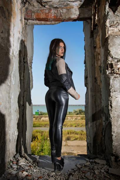 schöne junge frau - leder leggings stock-fotos und bilder