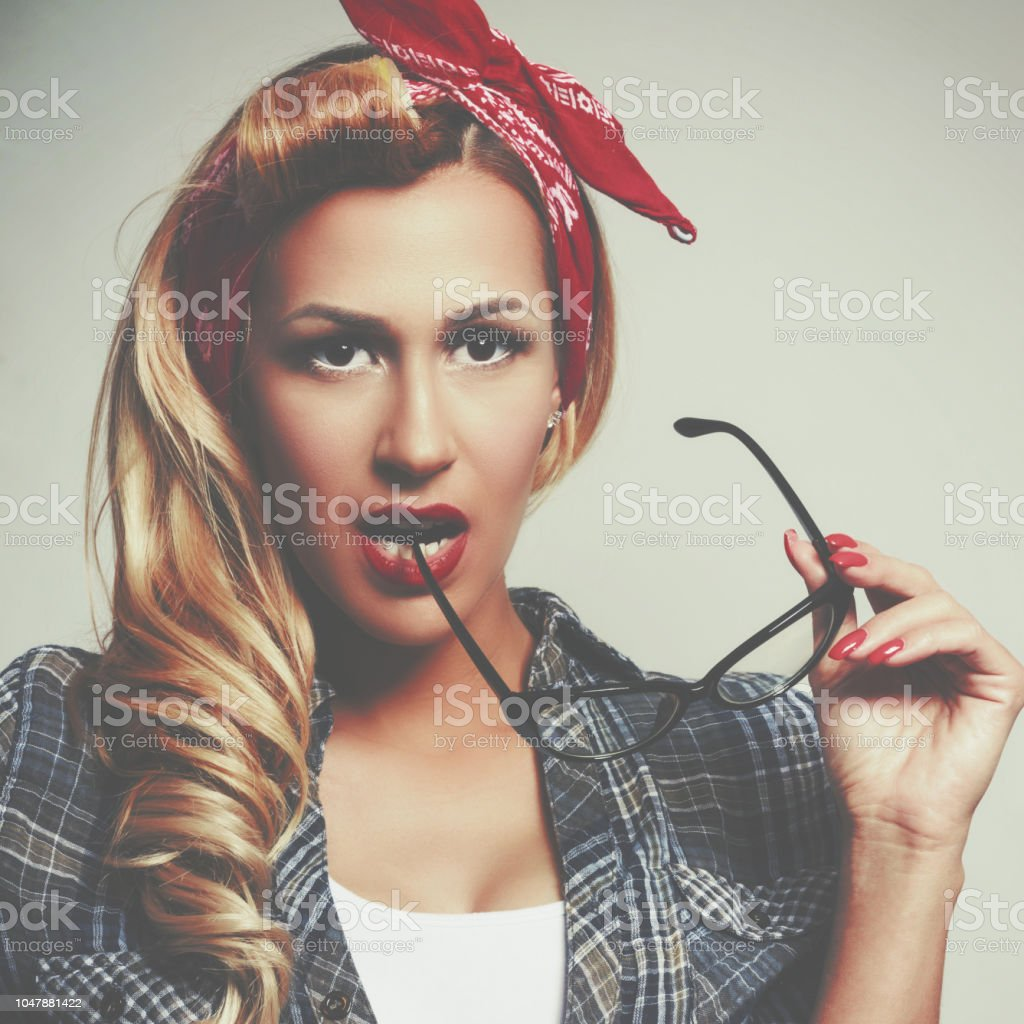 Beautiful young woman pin-up make-up and hairstyle posing стоковое фото