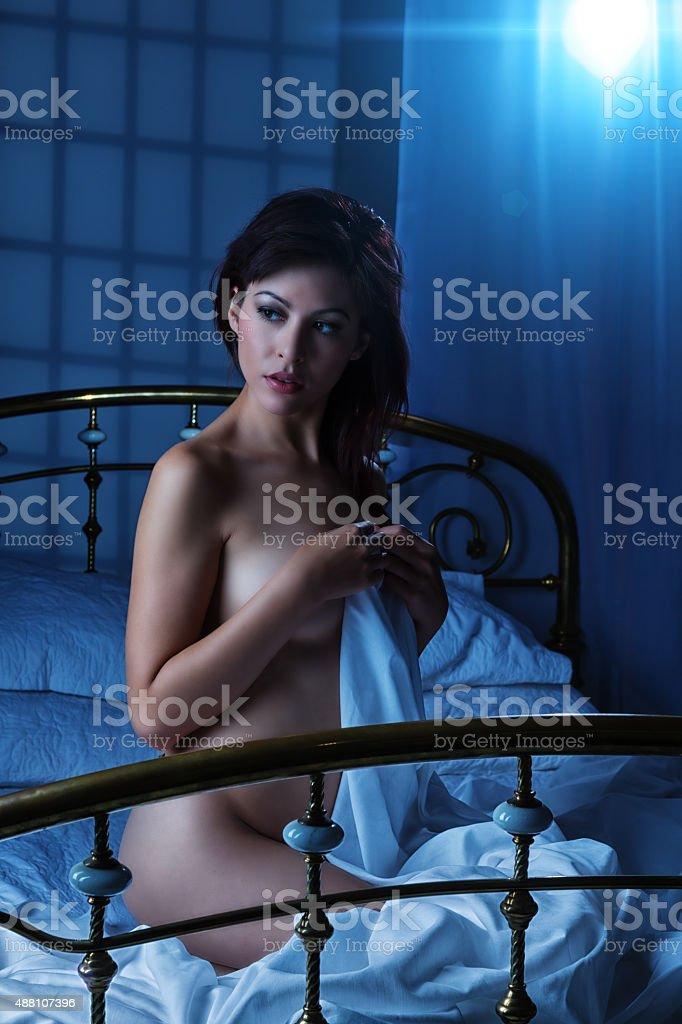 Schöne Junge Frau Posieren Nackt Auf Dem Bett Stockfoto und mehr ...