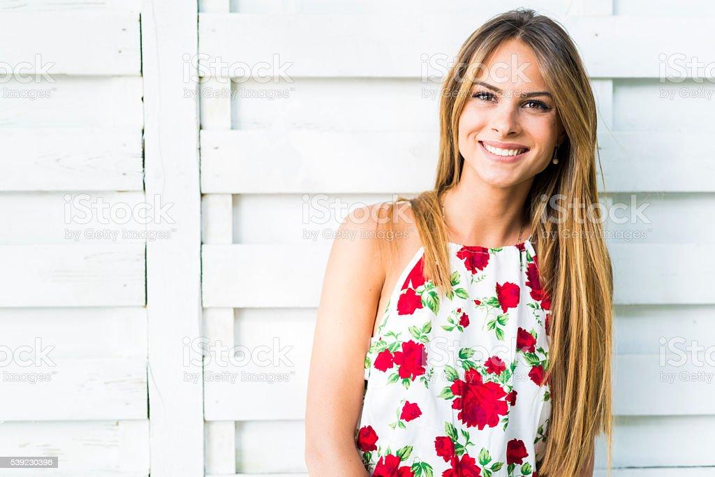 Hermosa joven mujer posando sonriente al aire libre y foto de stock libre de derechos