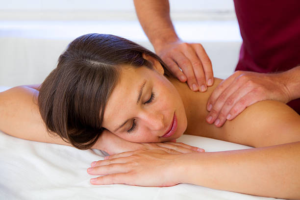 Schöne Junge Frau erhält eine massage auf Ihre Schulter – Foto