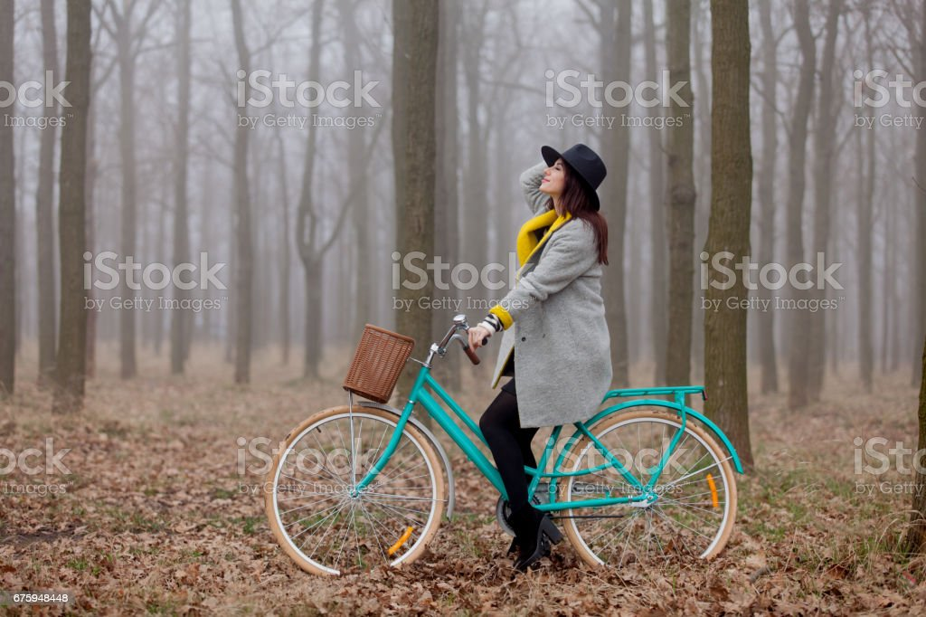 beautiful young woman sitting on the bicycle in the wonderful forest – Foto