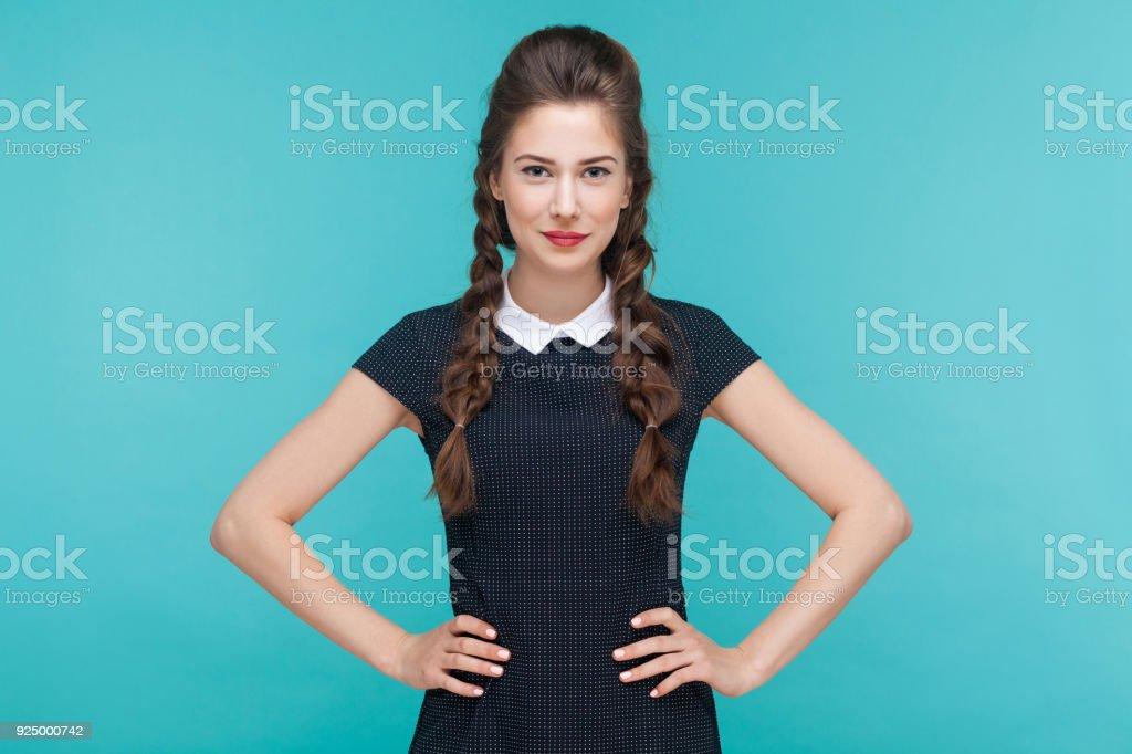 Schöne junge Frau Lächeln und Blick in die Kamera. Indoor, Studio gedreht auf blauem Hintergrund – Foto