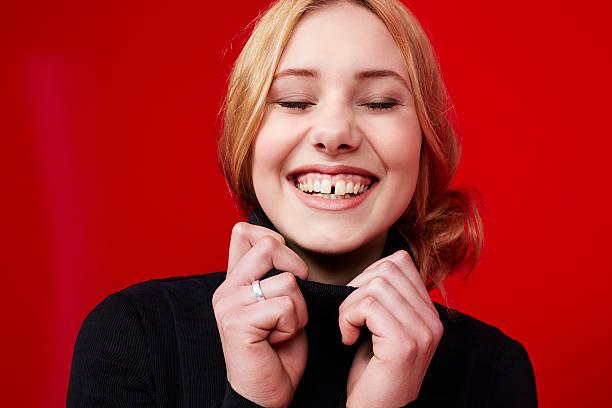 schöne junge frau lächelnd - zahnlücke stock-fotos und bilder