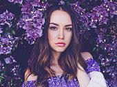 美しい若い女性に囲まれた花