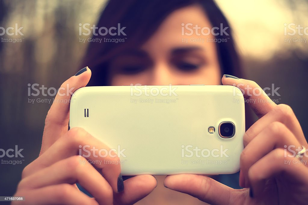 Schöne Junge Frau Nehmen Sie ein Foto mit Handy – Foto