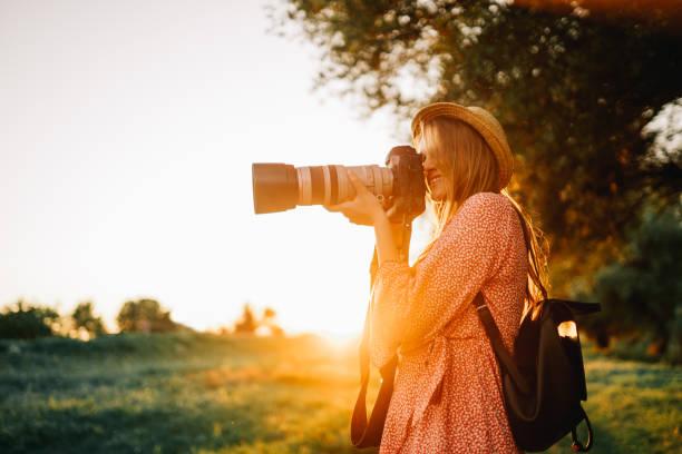 Schöne junge Frau beim Fotografieren in der Natur – Foto
