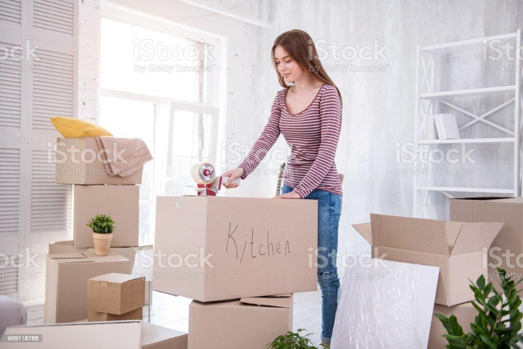 Schöne junge Frau taping Box mit Besteck – Foto