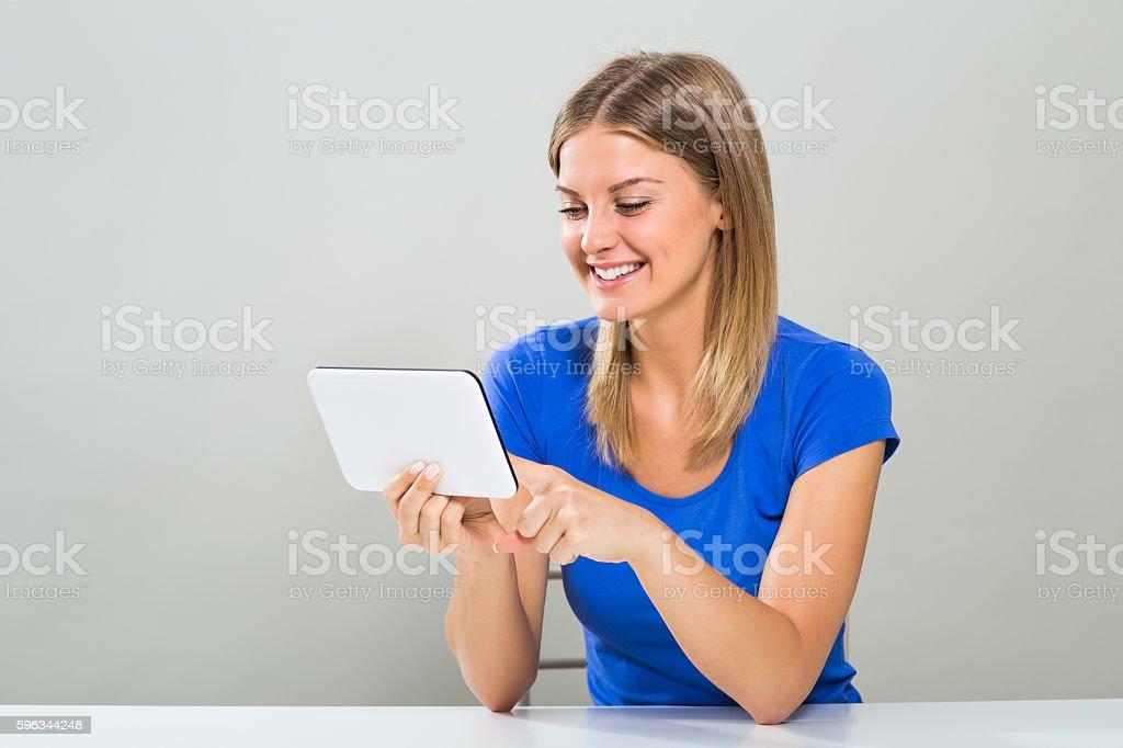 Schöne Junge Frau mit tablet PC  Lizenzfreies stock-foto