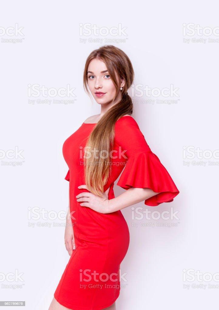 Mooie Rode Jurk.Mooie Jonge Vrouw Die Het Dragen Van Stijlvolle Elegante Rode Jurk