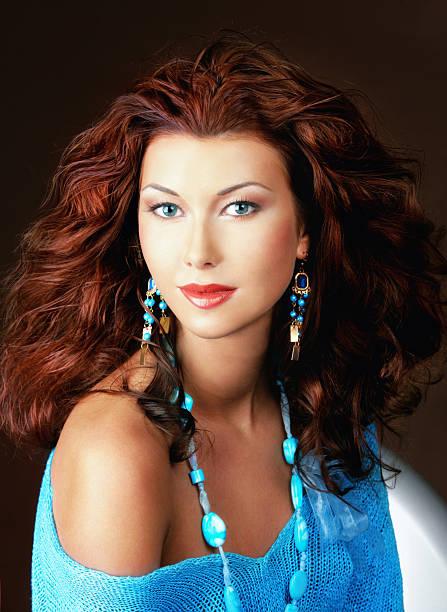 schöne junge frau mit blauen augen - türkise haare stock-fotos und bilder