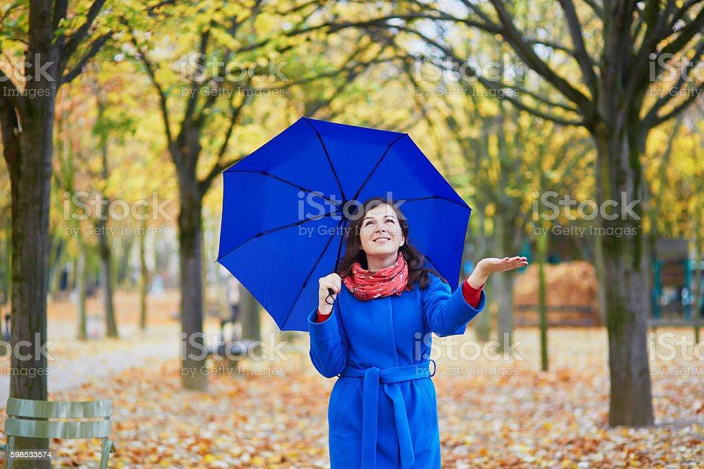 Belle jeune femme avec parapluie bleu photo libre de droits