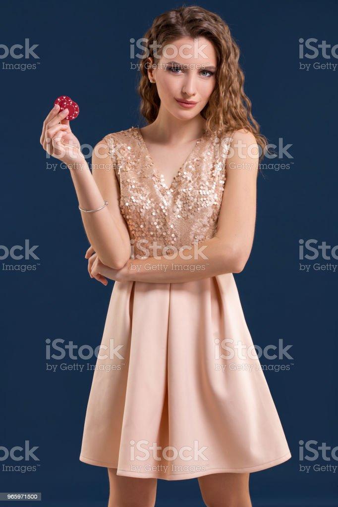 Schöne junge Frau mit Casino-Chips auf dunkelblauem Hintergrund - Lizenzfrei Archivmaterial Stock-Foto