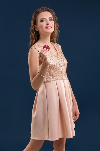 Mooie Jonge Vrouw Met Casino Chips Op Donker Blauwe Achtergrond Stockfoto en meer beelden van Alleen volwassenen