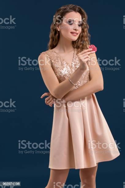 Schöne Junge Frau Mit Casinochips Auf Dunkelblauem Hintergrund Stockfoto und mehr Bilder von Archivmaterial