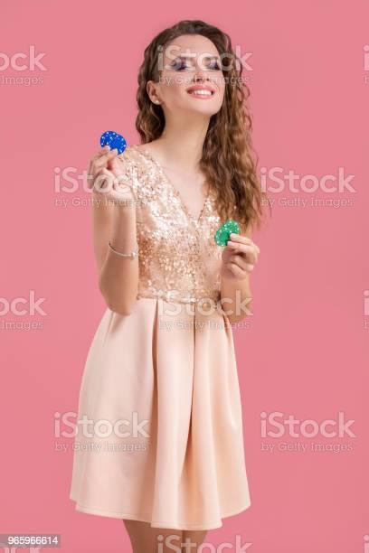 Schöne Junge Frau Mit Casinochips Auf Rosa Hintergrund Stockfoto und mehr Bilder von Archivmaterial